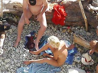 Бесплатное порно видео на пляже старого за пределами любительского представления гей фото