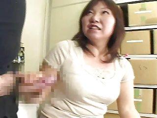 Бесплатные зрелые домохозяйки порно видео толстушки японские часы