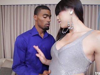 Бесплатное порно видео сексуальная ледибой Венера люкс любитель ебать кулачок