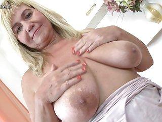 Бесплатная видео-порнуха прекрасные зрелые мама качает Любительское волосатые руки женщин